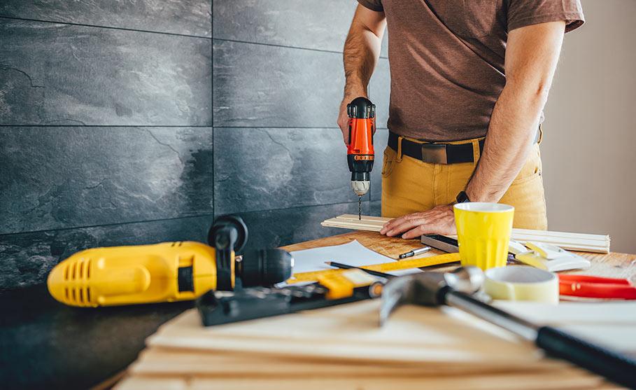 Anlita hantverkare eller renovera själv?